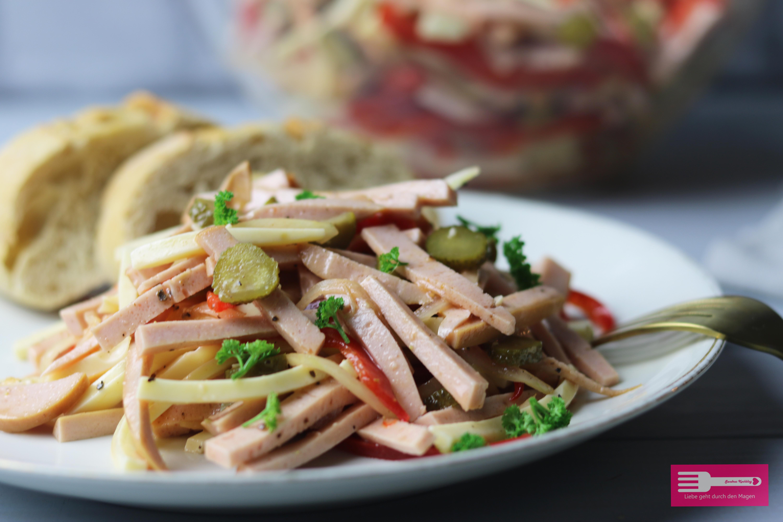 Fertig ist der leckere, Low Carb taugliche Wurstsalat, ob Hauptspeise oder fürs Partybuffet immer wieder lecker...