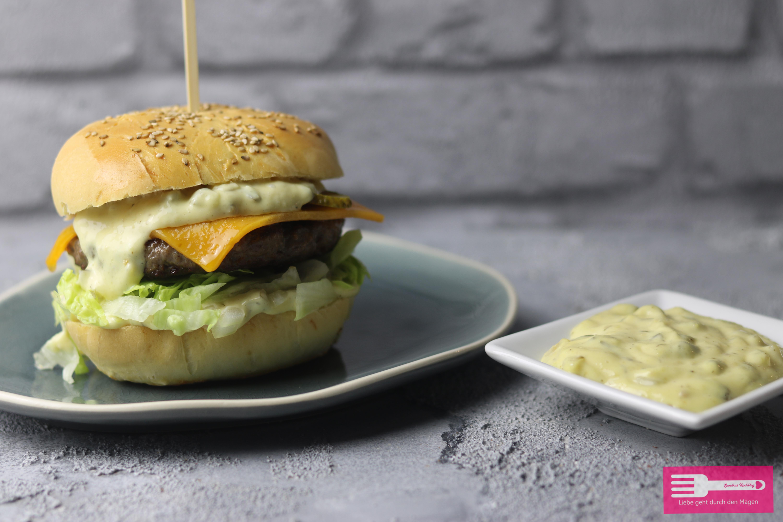Burger mit selbst gemachter Big Mac Sauce