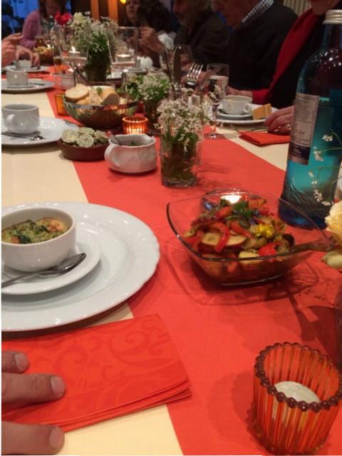 Die Gäste bekommen zunächst ein Soufflé mit leckeren Kräutern gereicht