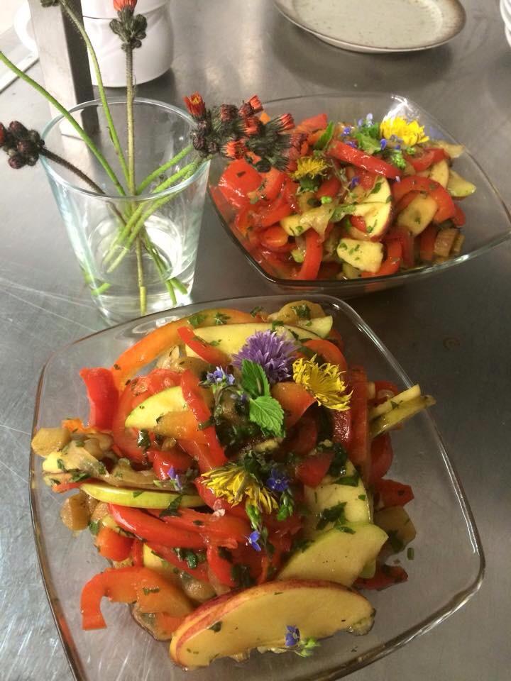 Das Ergebnis ist ein toller Salat aus Paprika, karamellisiertem Rhabarber, Tomaten und jede Menge Kräutern und Blümchen ;-)