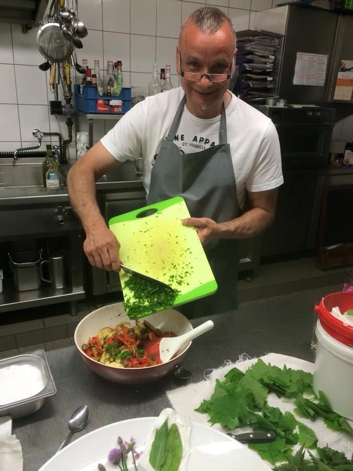 Der Herr in der Runde ist für den Salat zuständig ;-)