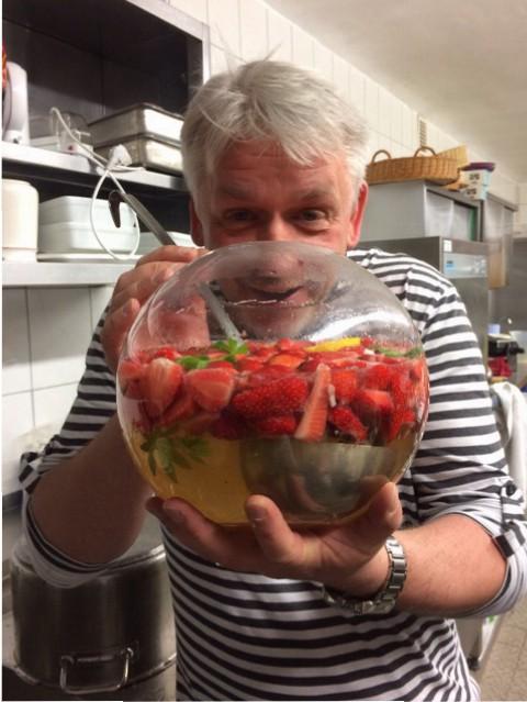 Die Getränke durften natürlich auch nicht fehlen, Mike hat immer für Nachschub gesorgt und uns eine tolle Erdbeerbowle gezaubert