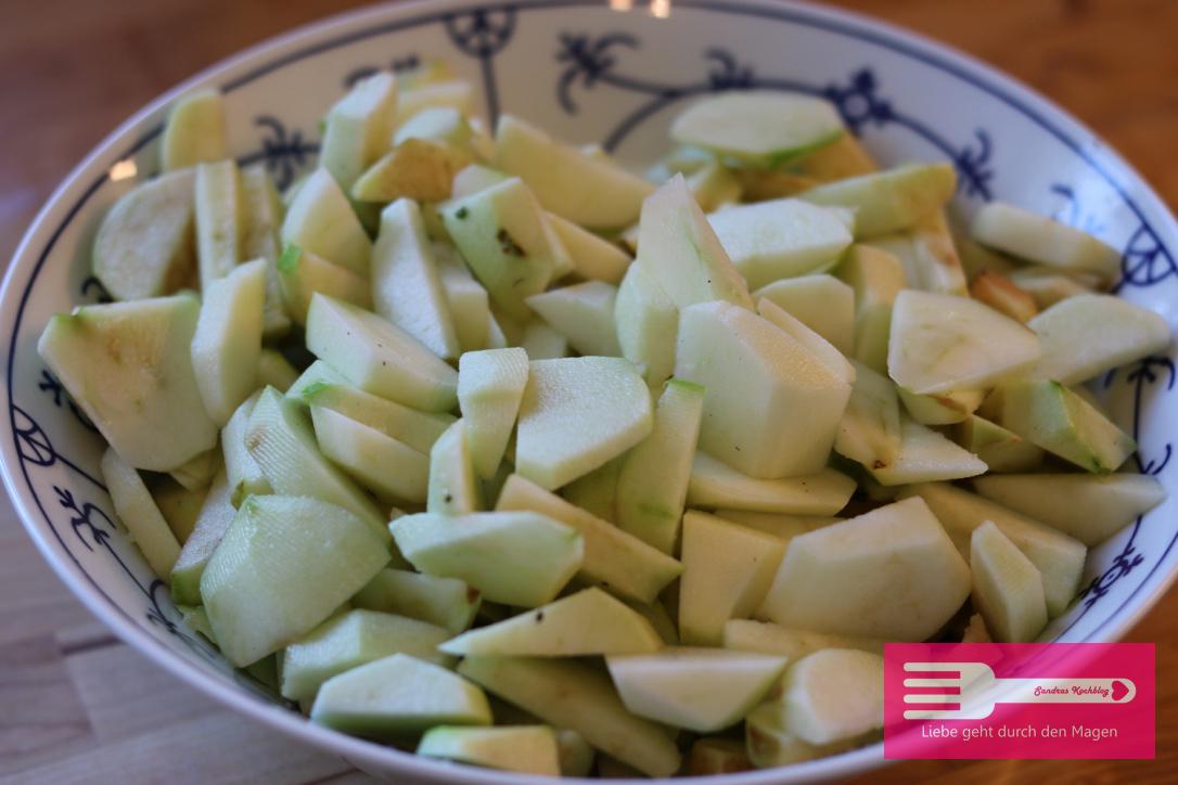 Äpfel kleinschneiden und mit Zitrone beträufeln