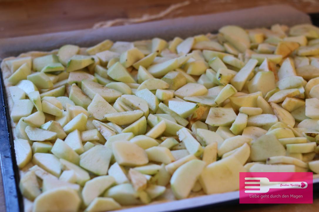 Apfelkuchen vom Blech mit Hefeteig und Streuseln