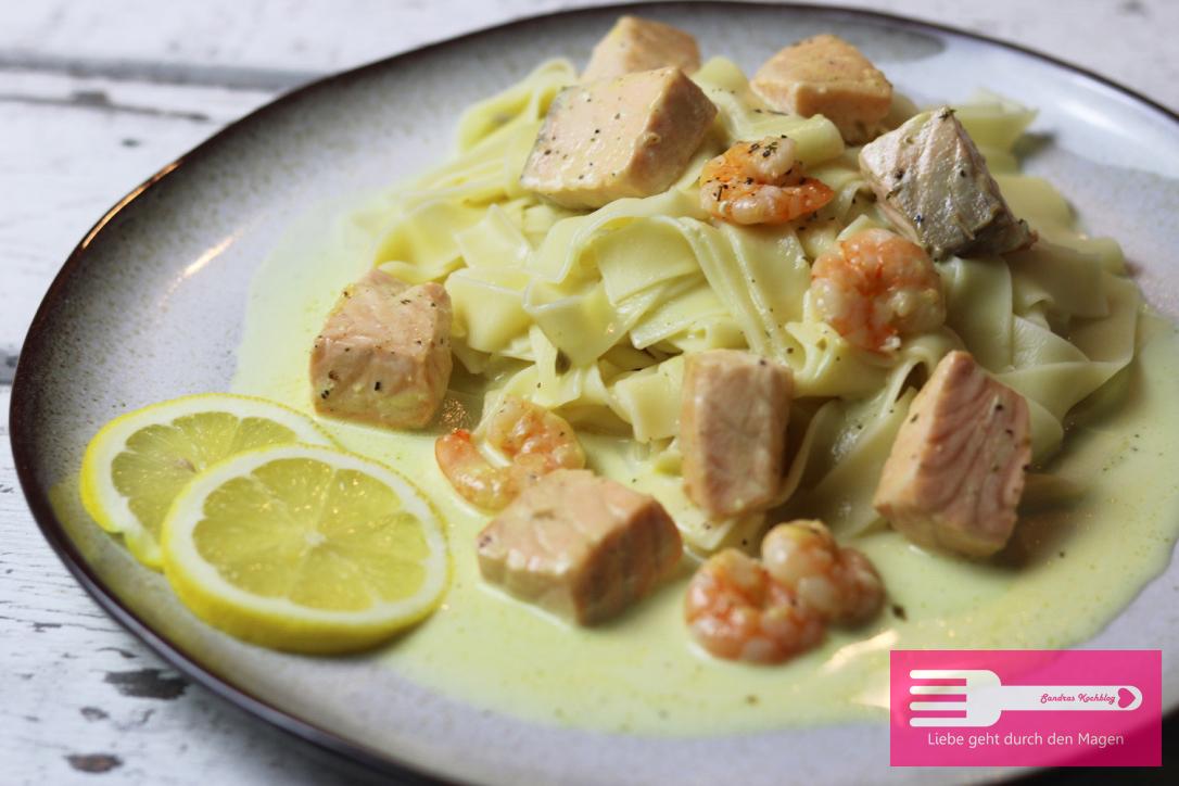 Pasta in Sahnesauce mit Lachs und Garnelen