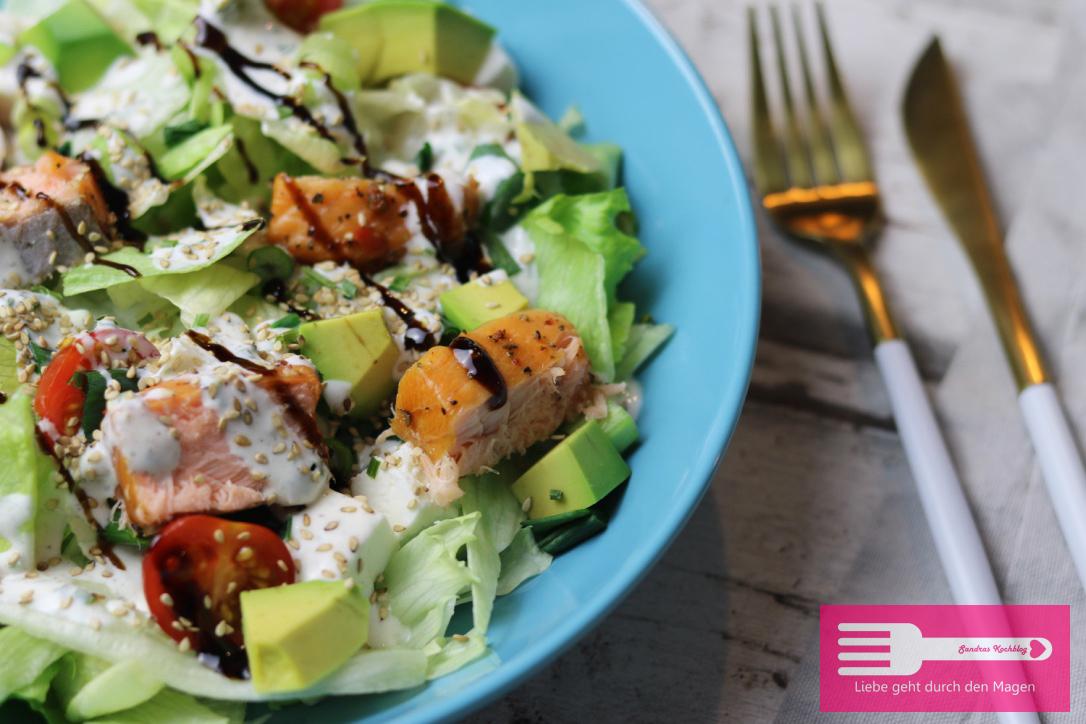 Power Salat mit Lachs und Avocado, reichhaltig an Omega 3 und Low Carb