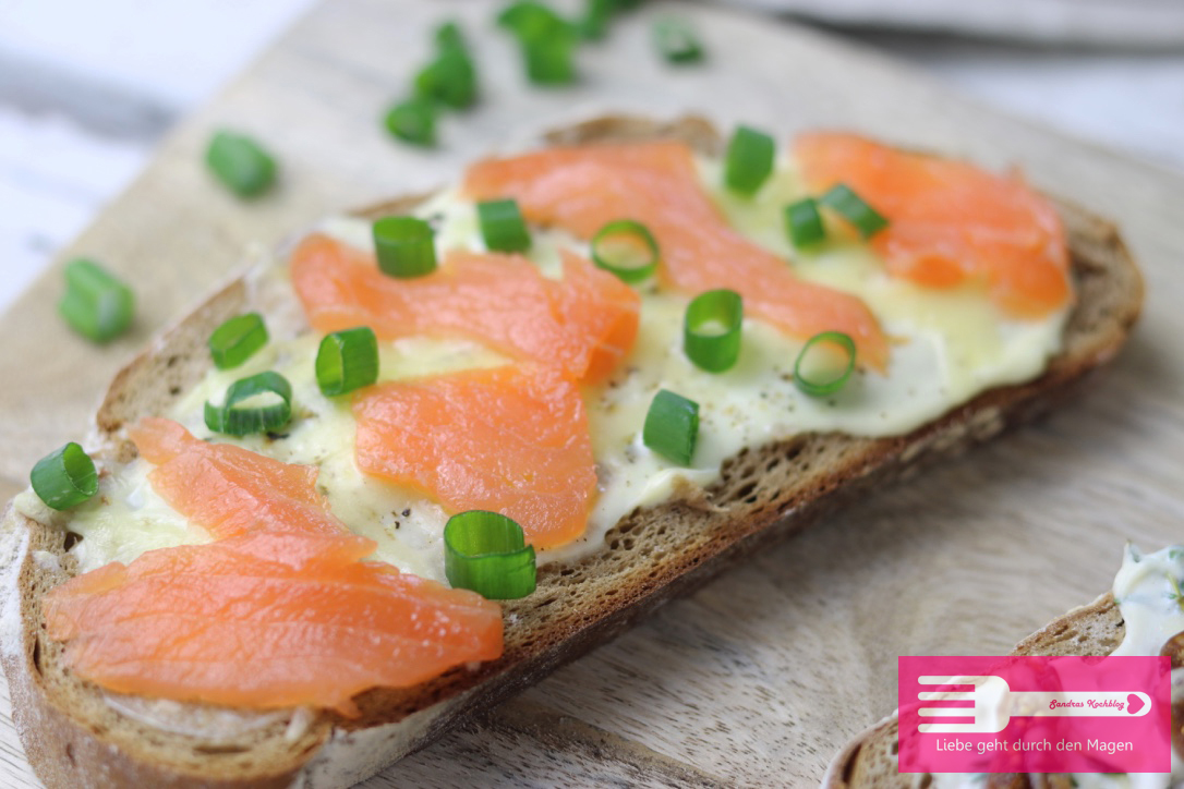 Geröstete Brotscheiben mit Lachs und Creme Fraiche