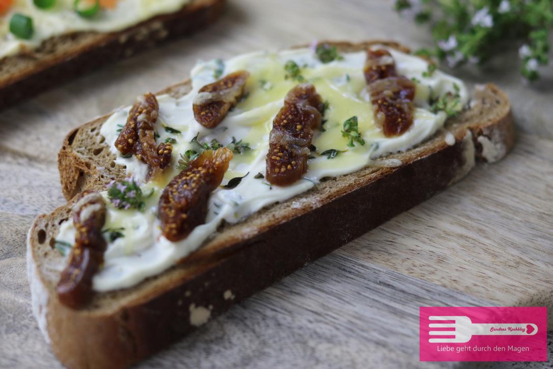 Geröstete Brotscheiben mit Ziegenkäse, Thymian und Feigen