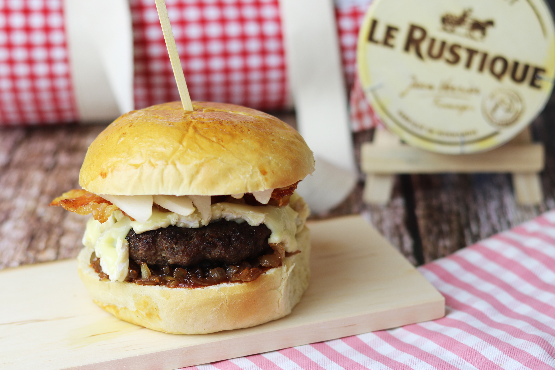 Burger mit Camembert, Birne und Balsamico Zwiebeln