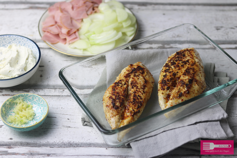 Hähnchen in Frischkäse Sauce mit Schinken und Zwiebeln Low Carb