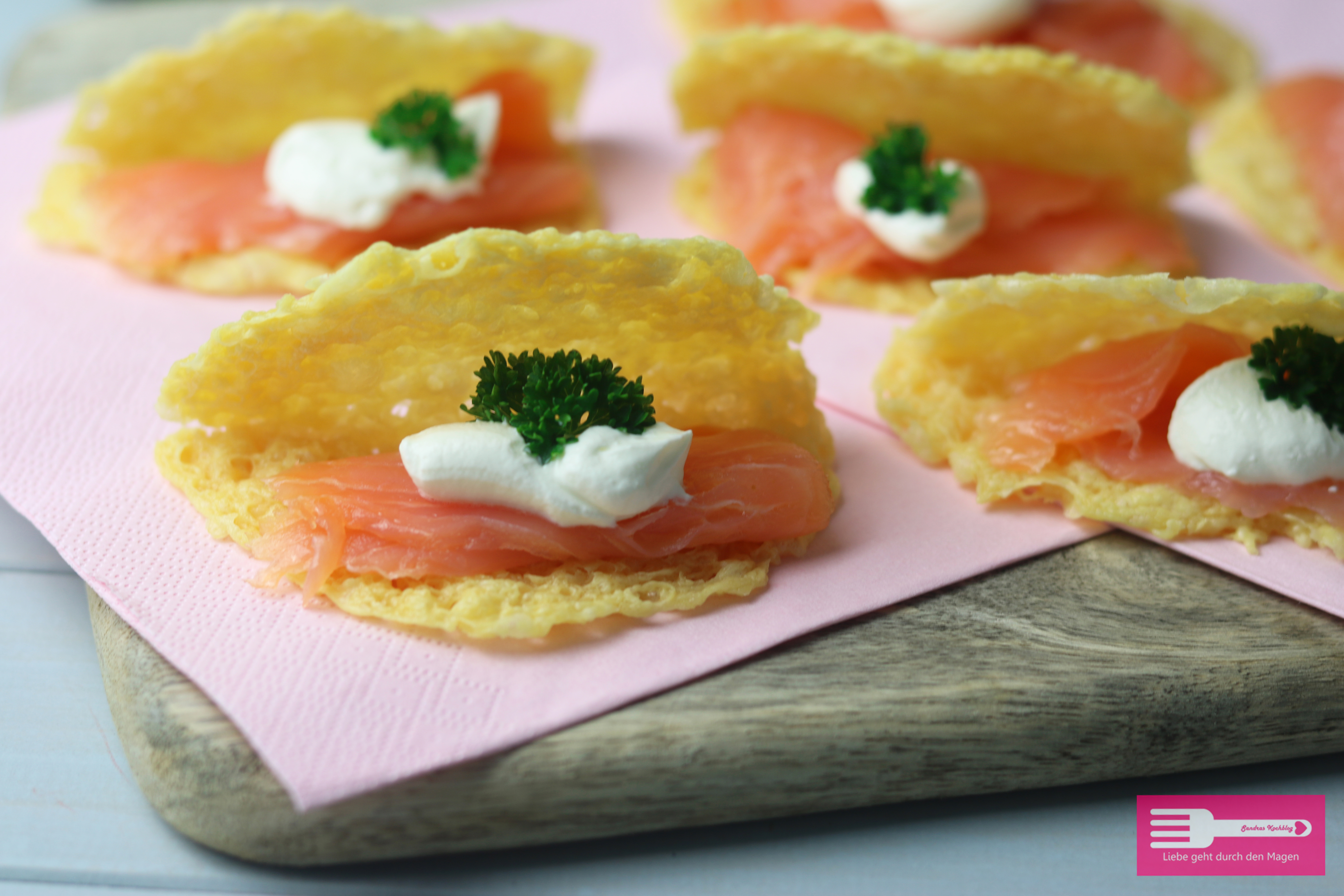 Käsechips mit Lachs Low Carb Fingerfood