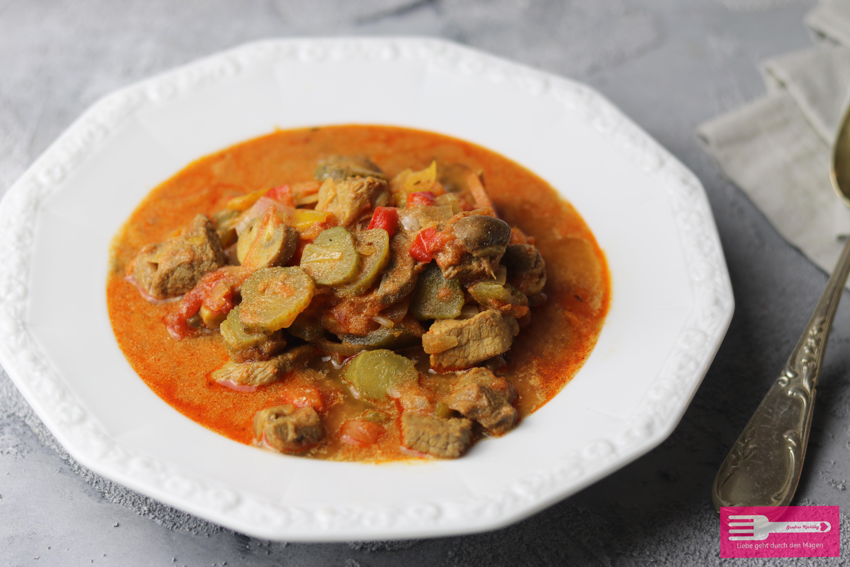 Gulasch Suppe mit sauren Gurken