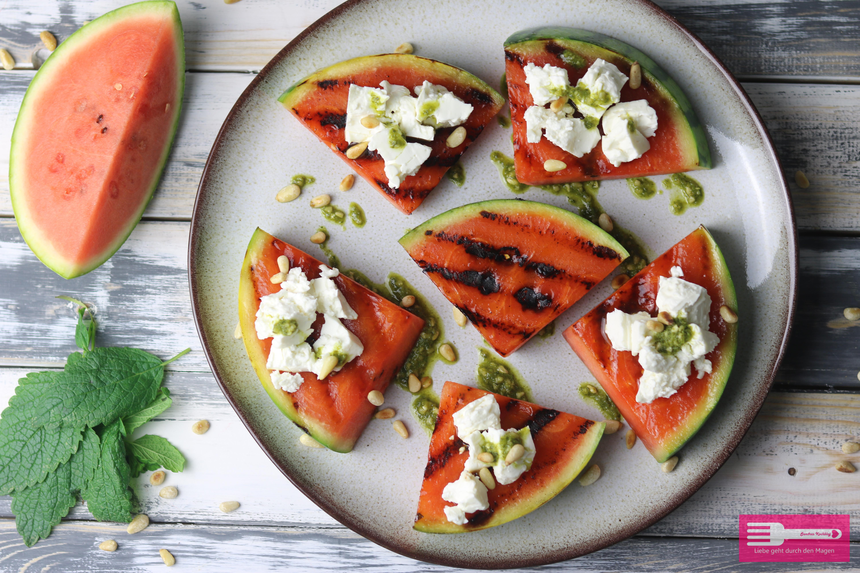 Vegetarisches Grillrezept Gegrillte Wassermelone mit Feta und Minzpesto