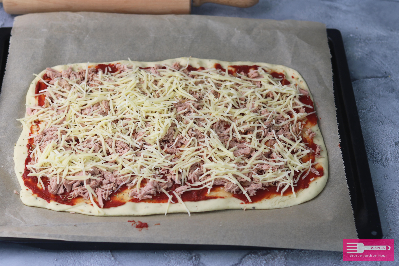 Pizzaschnecken aus Hefeteig mit Thunfisch und Käse